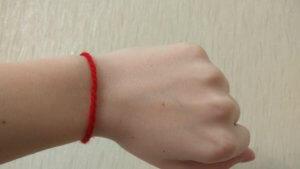 Что значит красная нитка на запястье